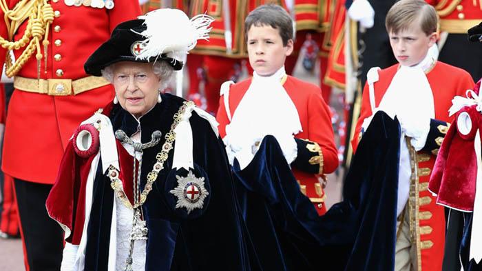 La reina Isabel II durante el desfile de la Orden de la Jarretera