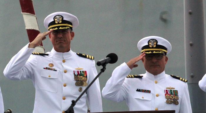 Comandantes entrante y saliente del 'USS Porter'. A la derecha, Thomas Ralston. Foto US Navy/6ª Flota