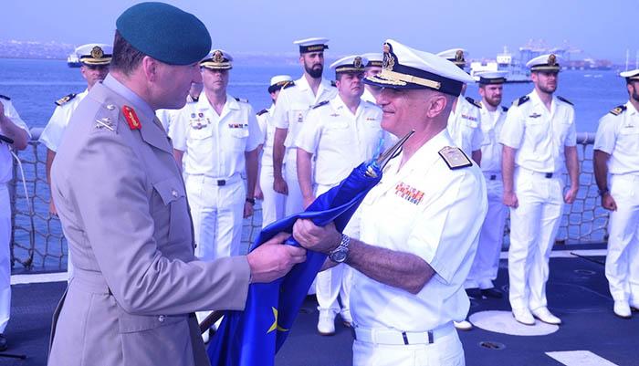 El general Charles Stickland entrega la bandera de la UE al contralmirante español Ricardo Atanasio Hernández López en el relevo del mando en zona. Foto: MOPS