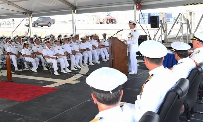 El capitán de navío Gagliano se dirige a los asistentes al acto de su relevo en el mando de la CTF 65, en Rota. Foto US Navy/Marvin E. Thompson Jr