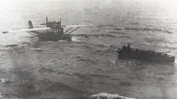 El Dornier es remolcado por la Royal Navy. Imagen correspondiente a la prensa de la época