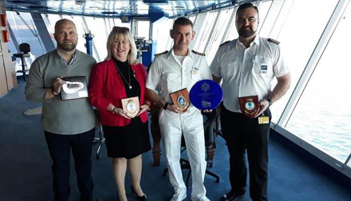 Representantes del Sapphire Princess y de la Oficina de Turismo y Puerto de Gibraltar