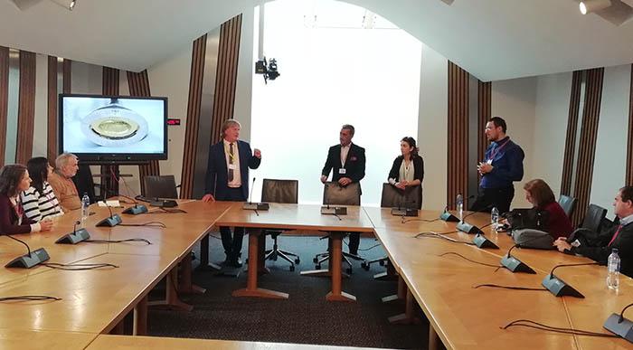 El diputado nacionalista David Torrance, dirigiéndose a los periodistas españoles en la sede el Parlamento escocés. Foto: CG