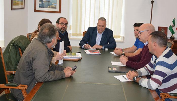 El alcalde de San Roque, Juan Carlos Ruiz Boix, con los representantes de Emadesa