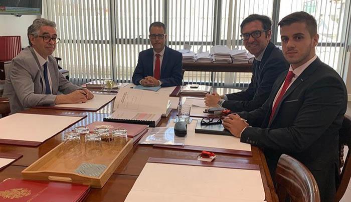 Reunión presidida por Joseph García (centro) con representantes del CWEIC (dcha.) y Dominique Searle (izda.). Foto InfoGibraltar