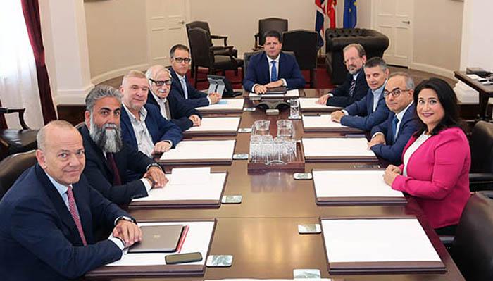 Licudi, el segundo a la izquierda de Picardo en una reunión del Gobierno