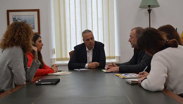 El alcalde de San Roque, reunido con los representantes del IES Sierra Almenara