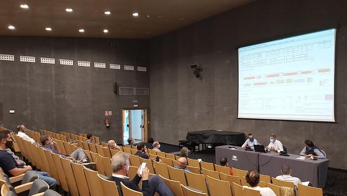 Comerciantes y gobierno local, durante una reunión. Foto: lalínea.es