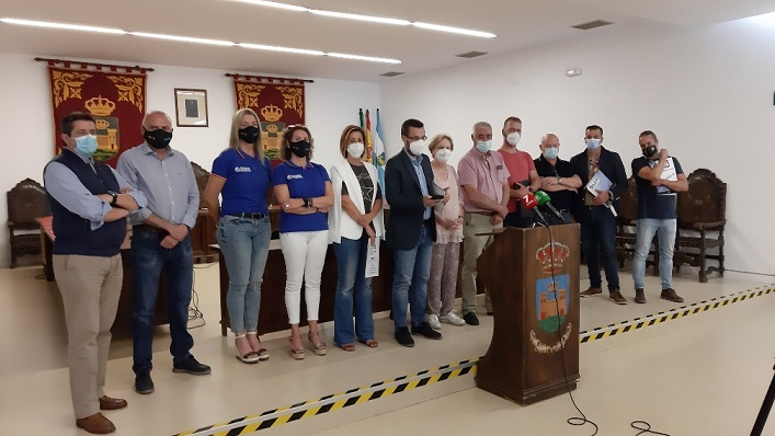 Miembros de la Plataforma junto al alcalde, Juan Franco. Foto: lalínea.es