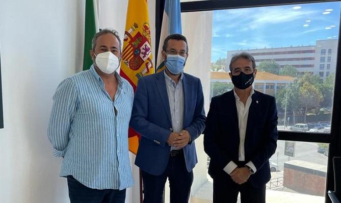 Juan Franco y responsables del Colegio de Enfermería de Cádiz. Foto: lalínea.es