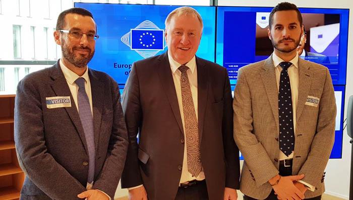 Alcalde y teniente alcalde linense con el presidente del Comité de las Regiones en Bruselas