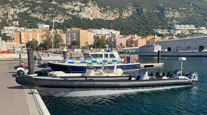 La lancha rígida, con combustible extra y dotada con un radar, en el muelle de Gibraltar. Foto InfoGibraltar