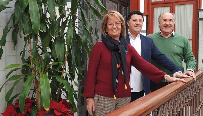 El pregonero del Carnaval, junto al alcalde y Juana Cid