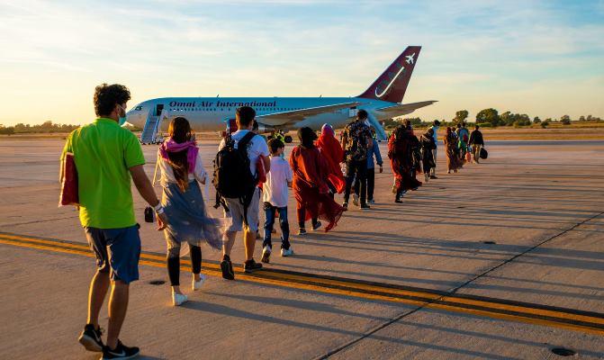Evacuados caminan hacia un avión chárter estadounidense con destino a los Estados Unidos, el pasado miércoles. Foto US Navy/Brytani Musick