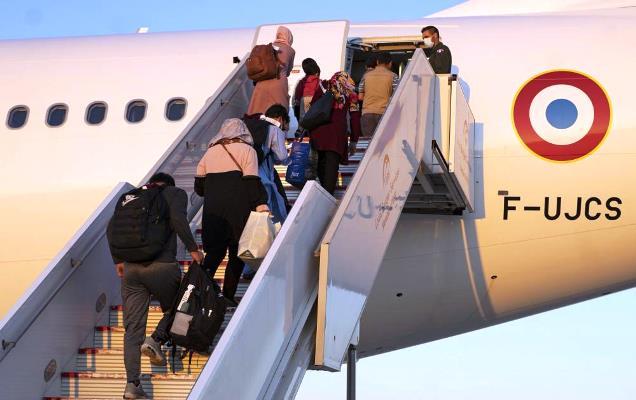 Refugiados afganos suben a un Airbus A330 del Ejército del Aire Francés, el pasado día 2, en Rota. Foto US Navy/Claudia Nix