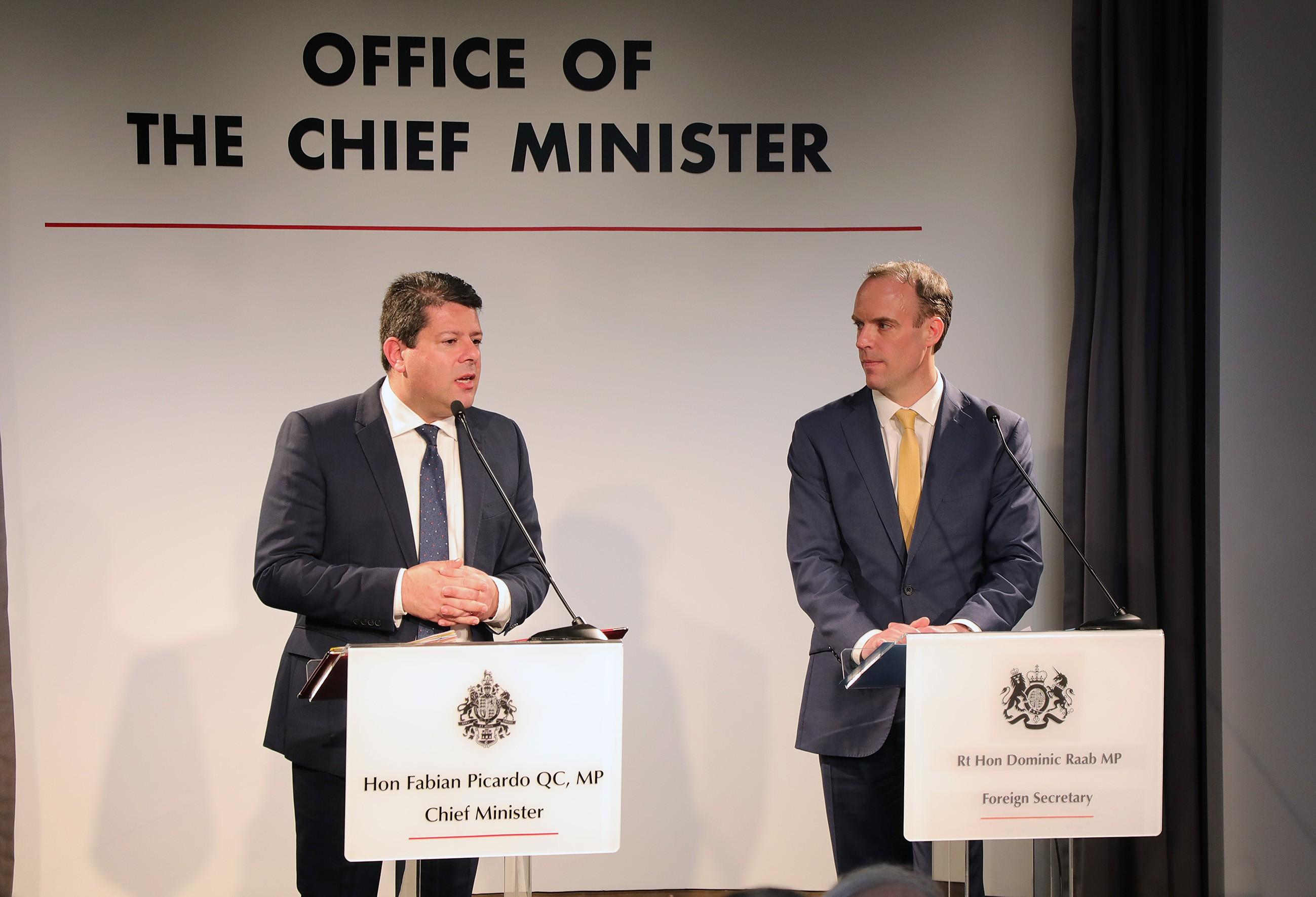 Momento de la rueda de prensa con el ministro británico. Foto GG
