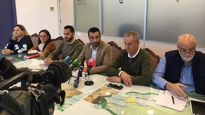 El alcalde y varios de sus concejales, esta mañana en rueda de prensa