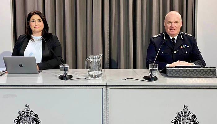 La ministra, Samantha Sacramento, y el comisario Ian McGrail