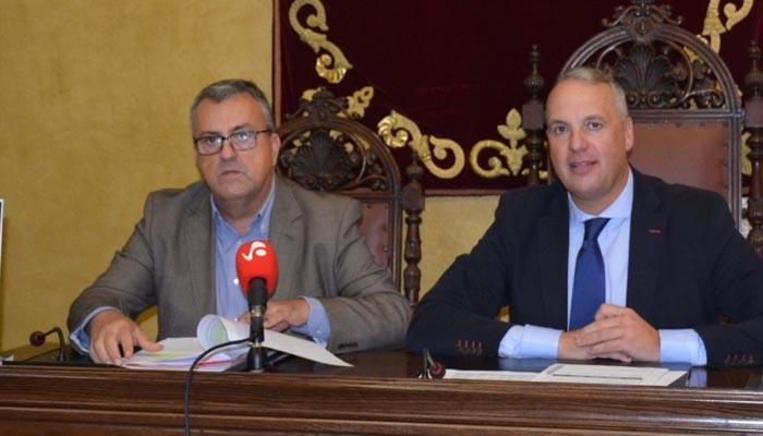 Juan Carlos Ruiz Boix junto al delegado de Hacienda, Ángel Gavino