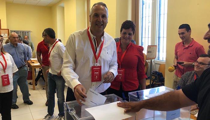 El alcalde de San Roque, Juan Carlos Ruiz Boix, en el momento de depositar su voto