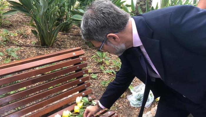 El líder del GSD dejando una flor en el Banco de la Memoria