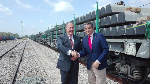 Sanz y Landaluce saludan la llegada de traviesas el pasado mes de junio