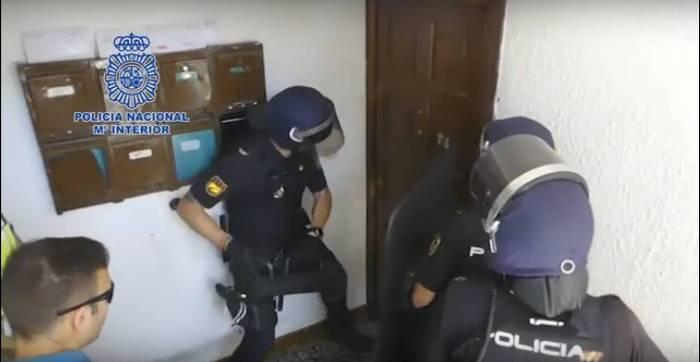 Agentes de la Policía Nacional entrando en el domicilio de los secuestradores