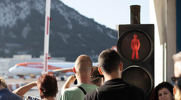 Semáforo en rojo en el acceso a Gibraltar por la avenida Winston Churchill. Foto SR