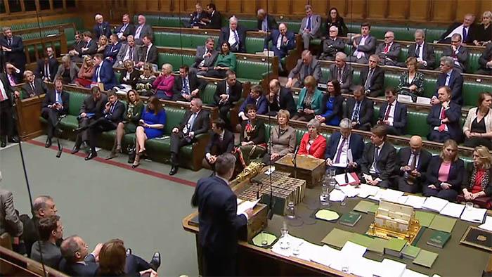 Sesión del Parlamento británico con May en la primera bancada
