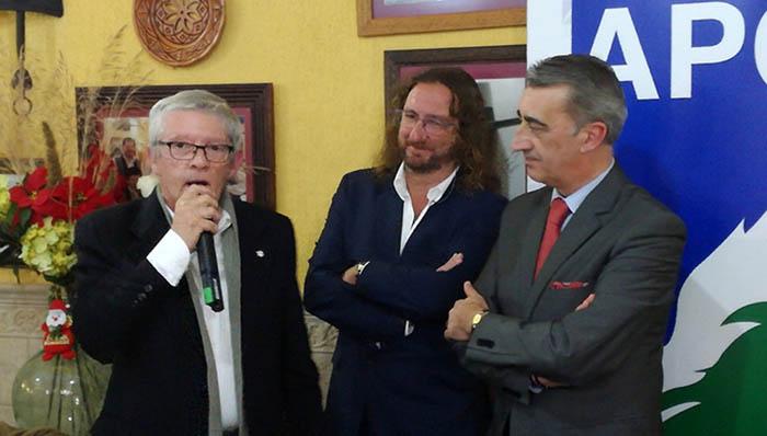 Shus Terán, entre Ildefonso Sena (izda) y Javier Martínez (dcha), en un acto de la APCG