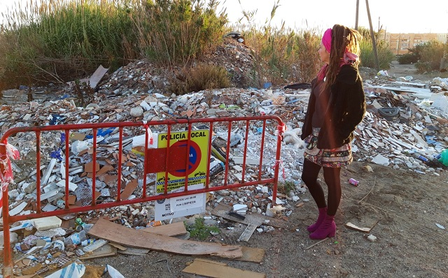 Raquel Ñeco, junto a una de las parcelas que serán limpiadas