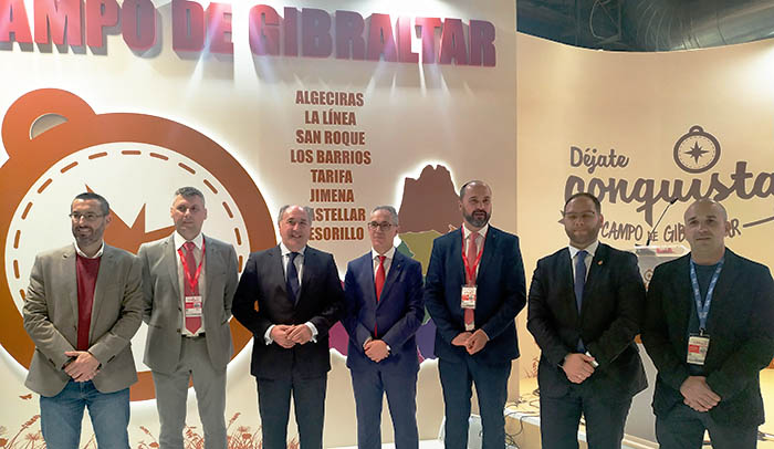 El presidente de Mancomunidad y los alcaldes, ante el stand del Campo de Gibraltar