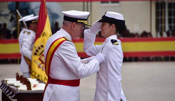 La sargento Antuña Fernández  siendo condecorada por el AJEMA. Foto Armada Española