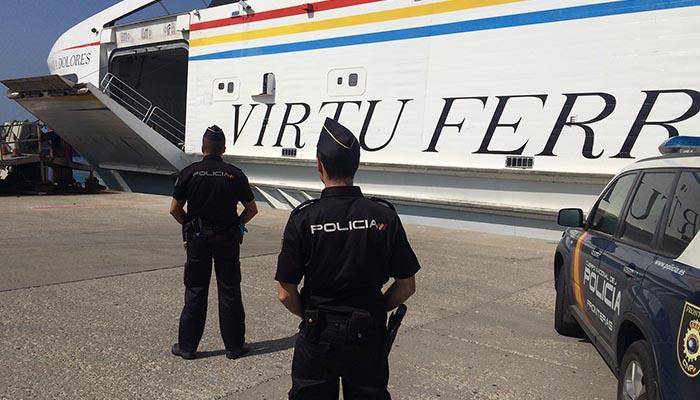 Agentes de la Policía Nacional en el puerto de Tarifa