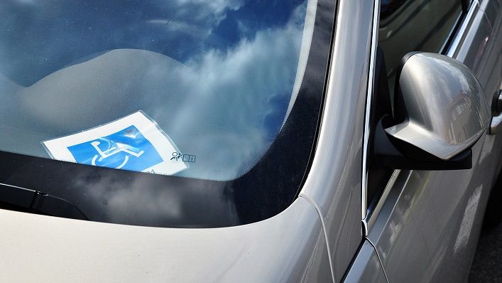 Un vehículo con una tarjeta de movilidad reducida. Foto: NG