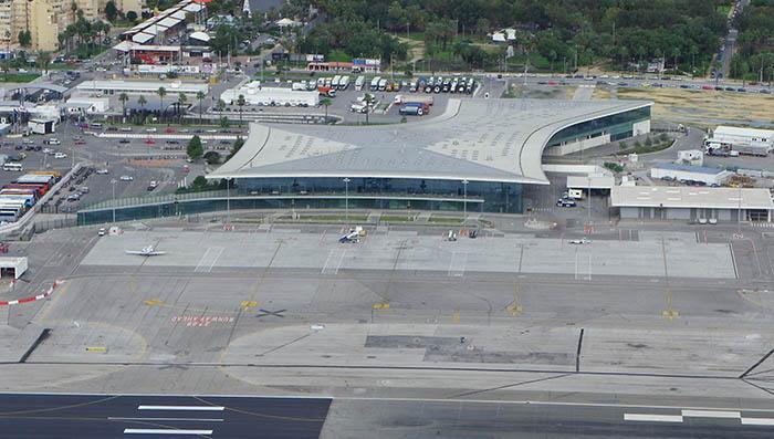Terminal del aeropuerto de Gibraltar y, al fondo, La Línea