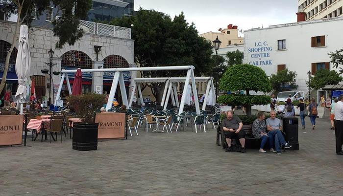 Terrazas de cafeterías en la plaza de Casamatas en Gibraltar. Foto NG