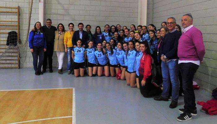 Foto de grupo con algunas de las participantes en el torneo de balonmano