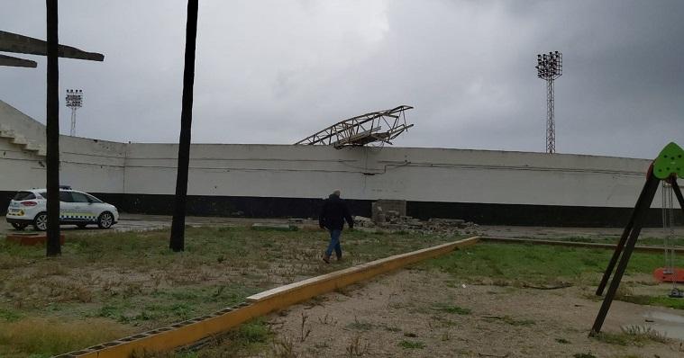 Vista desde del exterior del Estadio de la torreta derrumbada por el temporal