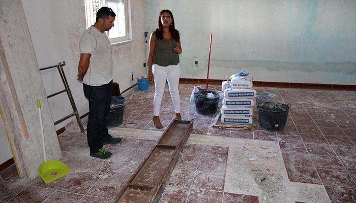 La edil de Educación de San Roque, Belén Jiménez, visitando los colegios