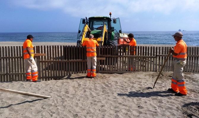Operarios de la Delegación de Playas, actuando en estos días