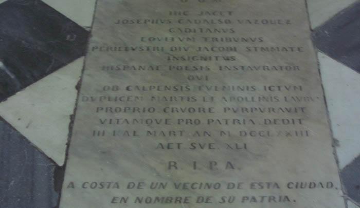 """Lápida en la tumba de Cadalso con inscripción en latín. Al final, en castellano: """"A costa de un vecino de esta ciudad. En nombre de su patria""""."""