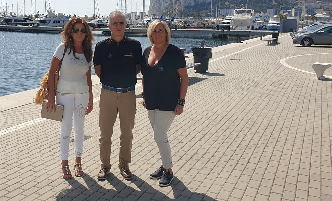 La concejal de Turismo junto a los responsables de Alcaidesa Marina