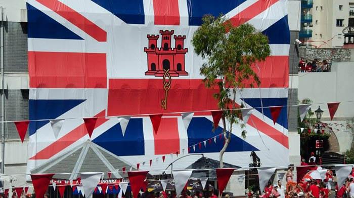 Una bandera inglesa rodea la de Gibraltar durante el National Day