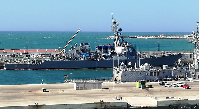 Uno de los destructores norteamericanos, rodeado de andamios y grúas, atracado en la base de Rota. Foto LR
