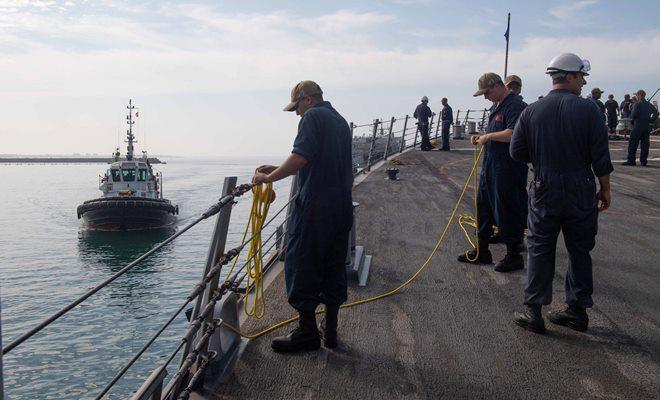 Tripulantes del 'USS Arleigh Burke' preparando la maniobra en la base de Rota, el pasado 2 de agosto. Foto US Navy/Kerri Kline