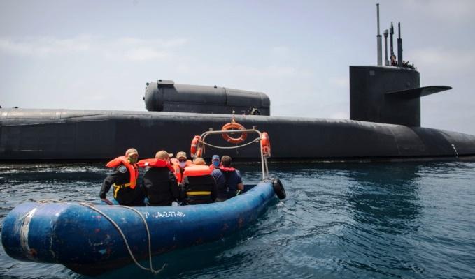 El equipo de la Junta de Examen Nuclear abandona el 'USS Georgia' en las proximidades de la base de Rota. Foto US Navy/Eduardo Otero