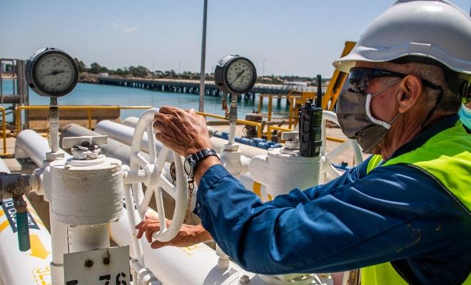 Un momento de los preparativos para la carga de combustible en el muelle de la base de Rota. Foto US Navy/Nathan Carpenter