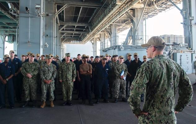 """Un momento del relevo de tripulación a bordo del 'USS Hershel """"Woody"""" Williams', amarrado en Rota. Foto US Navy/Malachi Lakey"""