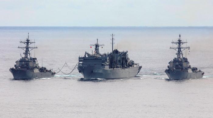 El destructor 'USS Donald Cook' y el 'USS Porter' realizan un reabastecimiento en alta mar con el 'USNS Supply' el 28 de abril pasado. Foto Royal Navy / Dan Rosenbaum